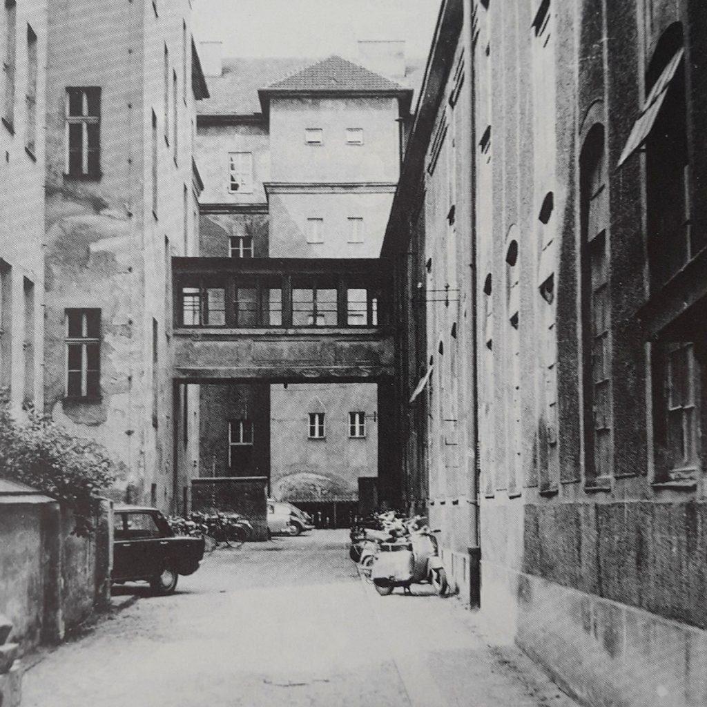 Parkplatz-Situation im Hof der HTL1 vor 60 Jahren